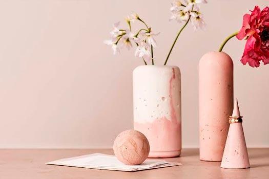 Objetos decorativos com textura natural - areia, metal, madeira
