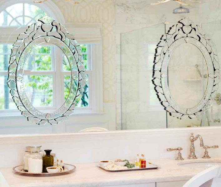 Espelhos Venezianos no Banheiro Por Cima de Outro Espelho